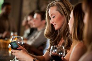 woman-at-bar-texting